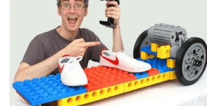 monopatín eléctrico hecho con piezas de Lego gigantes