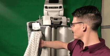 Este robot ayuda a vestir a las personas