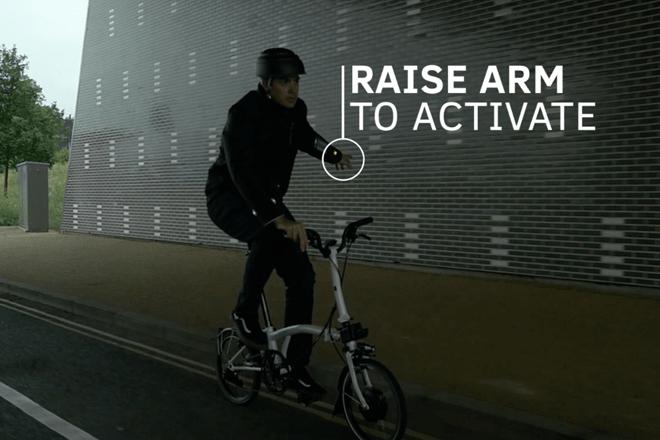 Una idea brillante: la chaqueta que indica a los ciclistas cuándo girar y avisa a otros vehículos