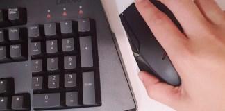 mano con ratón y teclado gamer de Lenovo