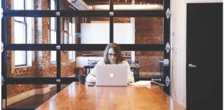 imagen de mujer sentada frente a una portátil
