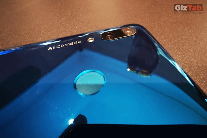 Vista en detalle del lector de huellas y de la cámara principal del Huawei P smart 2019