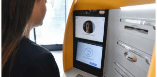 foto de mujer que utiliza cajero automático