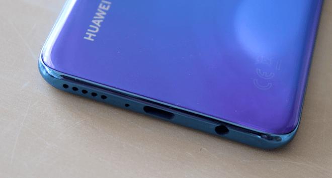 Altavoz, entrada USB tipo C y puerto jack 3.5 mm del Huawei P30 lite