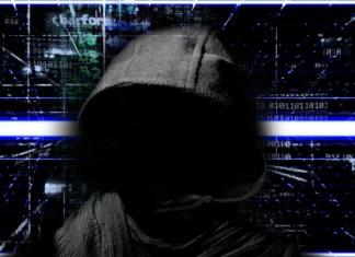 Delincuente con capucha y temática digital de fondo