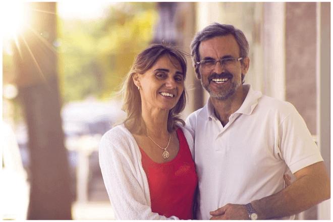 foto de una pareja mayor de 50 años tomada de la mano