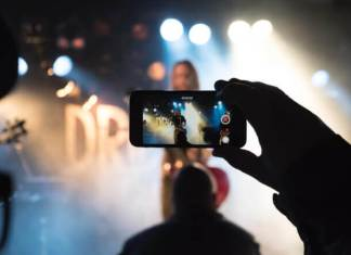 Un fan emite en vivo un concierto de rock