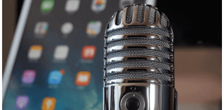 foto de micrófono con pantalla de móvil de fondo