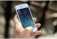 foto de una mano de persona sostiene un móvil