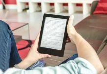 Persona leyendo libro electrónico en un dispositivo móvil