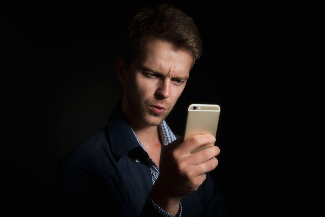 Hombre con smartphone en la mano