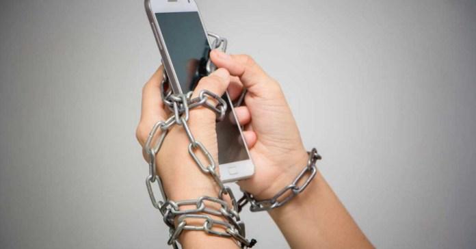manos encadenadas móvil