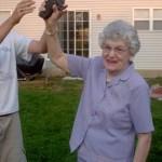 La nonna festeggia i valori bassi della glicemia