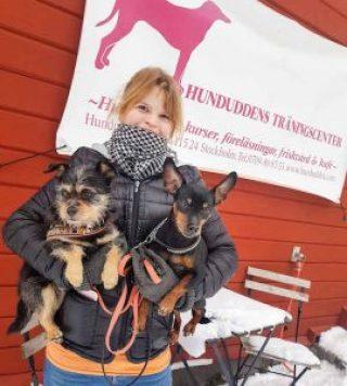 Glada Jyckars Rebecca Rudhe med Zorro och Pajas i famnen, vid Hundudden Träningscenter.