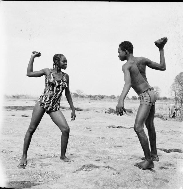 Malick Sidibé, Combat des amis avec pierres, 1976, Tirage argentique baryté, Image : 120 x 120 cm