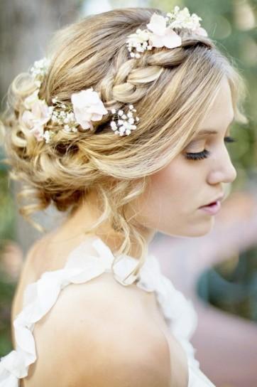 capelli raccolti con fiori