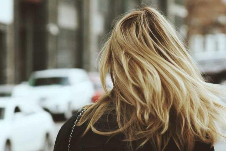Blonde Frau mit langen Haaren von hinten