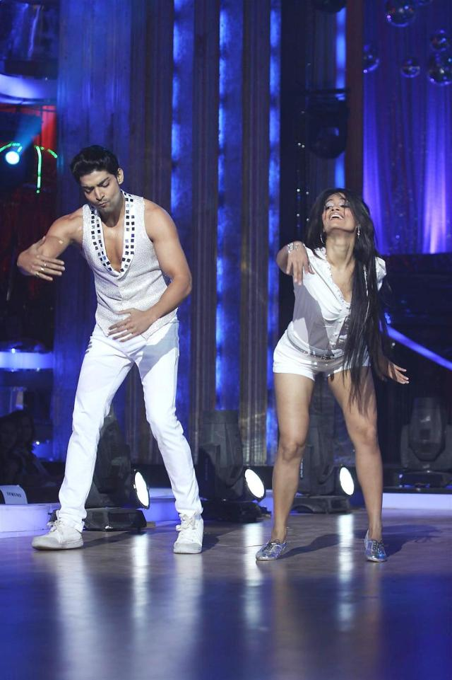 Gurmeet-Choudhary-dancing-at-the-announcement-of-celebrity-finalists-for-dance-reality-show-JHALAK-DIKHHLA-JAA-Season-5-in-Mumbai