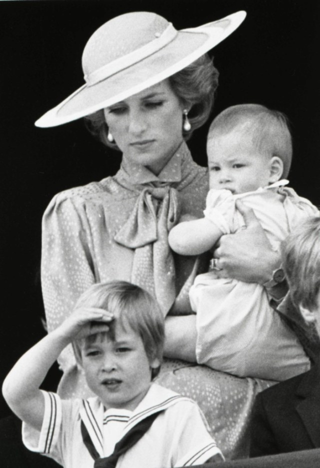 Prince William makes a royal salute as he watches the scene of Trooping the Colour from the balcony of Buckingham Palace with his brother Harry and mother Princess Diana on June 15, 1985 in London. REUTERS/Roy Letkey - RTR1JWRG