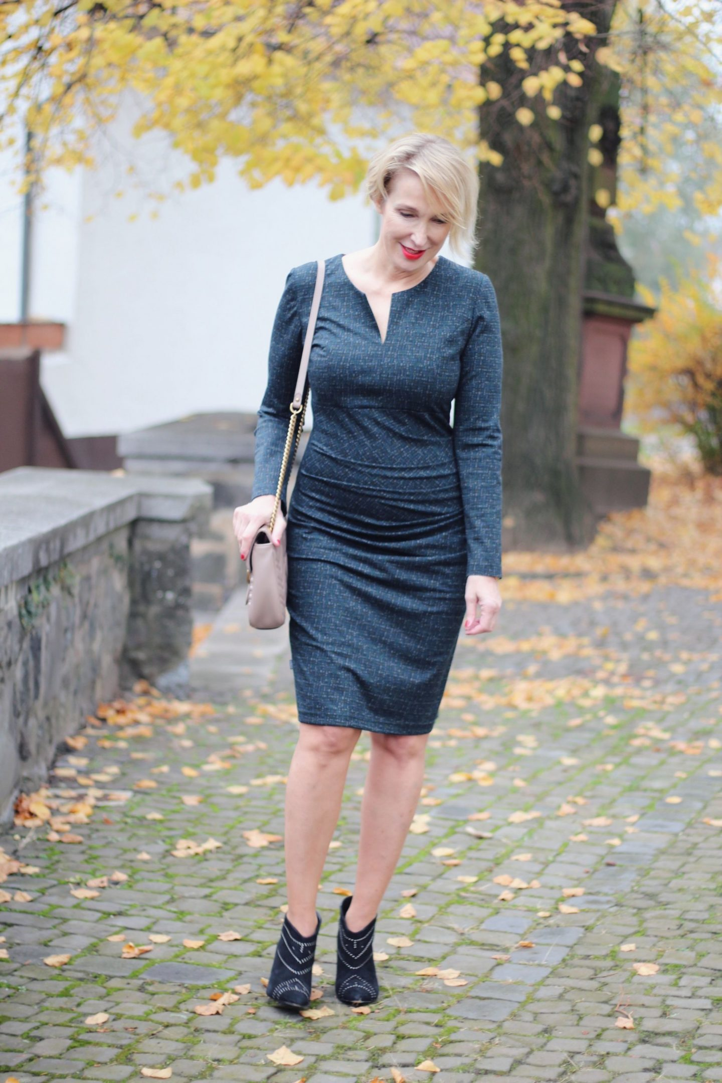 glamupyourlifestyle amco-fashion annett-moeller Business-Mode Kleid-Stiefeletten Annett-Möller-RTL Modefluesterin x-Figur hohen-Schuhen