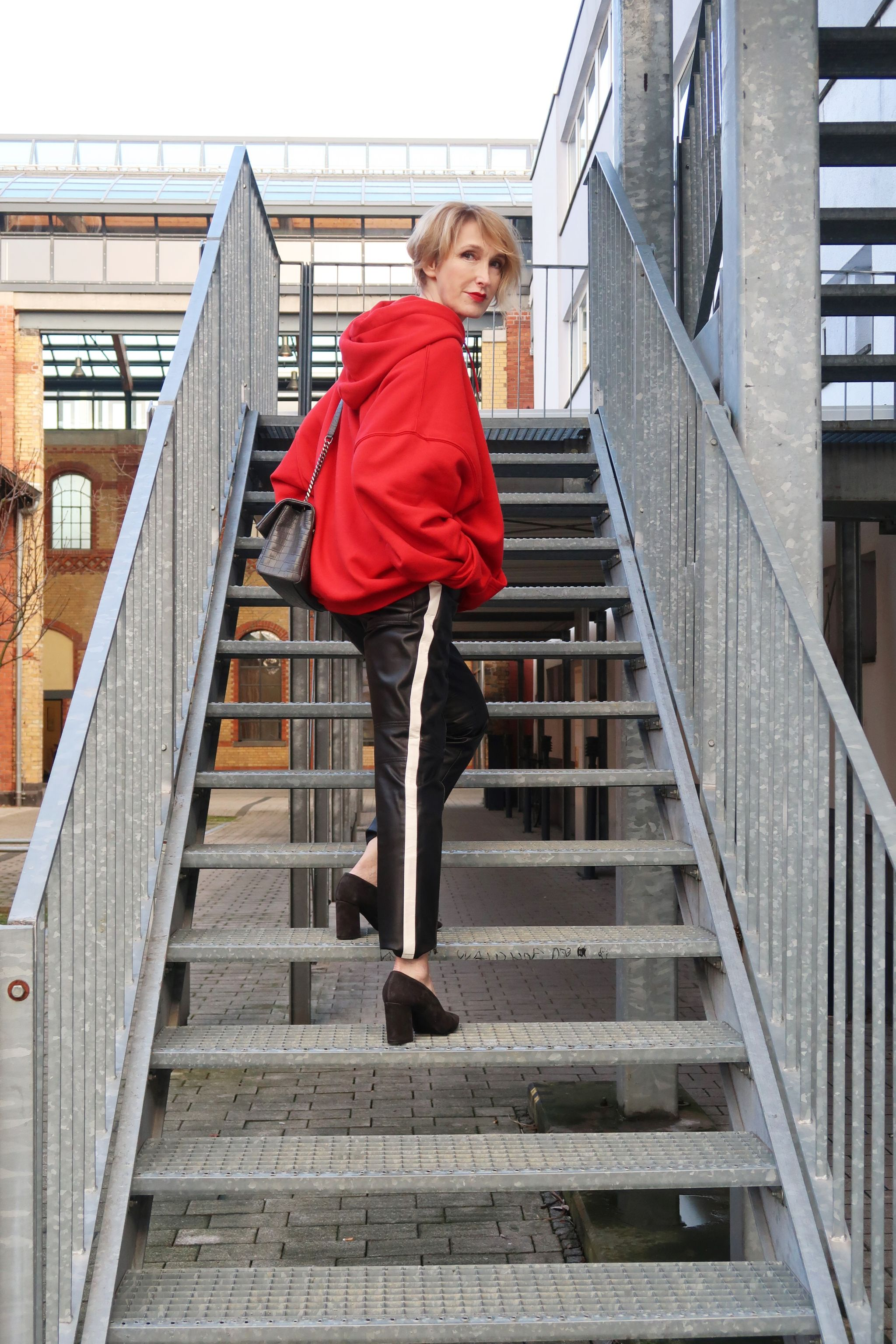 glamupyourlifestyle oversize-Hoodie Kapuzen-shirt lederhose-Pumps ue40-mode ue40-blog fashion-blog