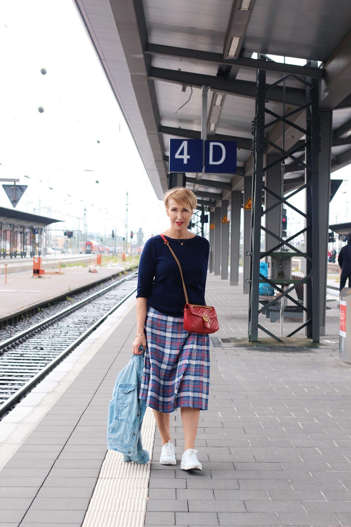 Die Jeansjacke als ideale Jacke für Unterwegs - Outfitidee mit Kilt und Pullover für Frauen Ü40 Ü50