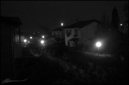 C'est ce que je vois en regardant dehors à 04h00, le matin. (Allée du Cèdre, Craponne, octobre 2003.)
