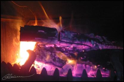 Ca ne réchauffe bien que le corps. (Feu dans la cheminée, Craponne, octobre 2003.)