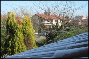 Y'a pas à dire, l'hiver approche ici aussi. (Toit de la maison, Craponne, décembre 2003.)