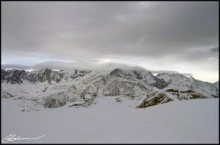 Nostalgie du Mont Blanc, masqué par le brouillard. (Sommet des Grandes Platières (2480m), Grand Massif (Alpes Françaises), janvier 2004.)