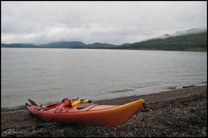 Kayak au repos. (Baie des Chaleurs, Québec, juillet 2009)