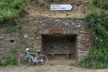 Randonnée à vélo, Conques (Aveyron, France).