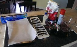 """D'abord, la """"glace"""": c'est la technique pour faire du """"hard candy"""" mais façon très feignasse et lâche... du sucre, du sirop de maïs, du colorant alimentaire, de l'huile en spray, un micro-ondes. La recette est là: http://recipes.sparkpeople.com/recipe-detail.asp?recipe=119330 Je sais, les puristes de la pâtisserie et de la confiserie me lapideront, c'est une science exacte, il faut la bonne température, blablabla... Ben moi ça a fonctionné. Bon."""