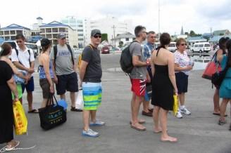 Cette file a duré 2h: le capitaine a devancé le départ de Grand Cayman pour éviter le pire de la météo... les bateaux taxi ne fournissaient pas à ramener assez vite les gens (débarquement lent et houleux).
