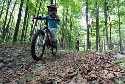 La fois où on s'est trouvés super brillants d'aller en vélo de montagne avec la Rouquine. (Mont Rigaud, Québec, mai 2015)