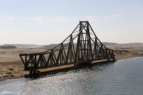 Cette moitié de pont est sur une base pivotante...