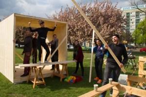 Projekt meyouwedo vor dem Grassimuseum. Zu sehen ist eine Gruppe an Personen beim Bau der Kuben