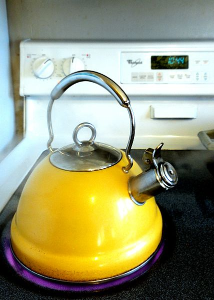 428px-Yellow_kettle_with_boiling_water_on_stovetop