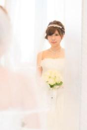 鏡の中の自分を見つめる花嫁さんのウェストサイズ