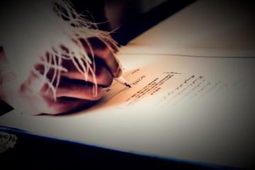 誓約書にサインをする新郎の手元