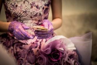 ゲストに配るプチギフトを持った花嫁の手元