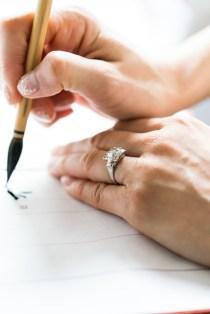 誓約書にサインをする花嫁の手元アップ