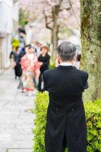 水琴亭まで歩いていく花嫁を撮る父
