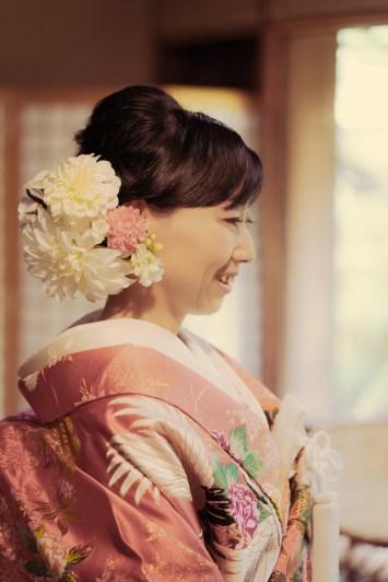 和装姿で笑顔の花嫁の横顔