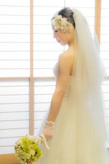 障子の前でブーケを持つ花嫁