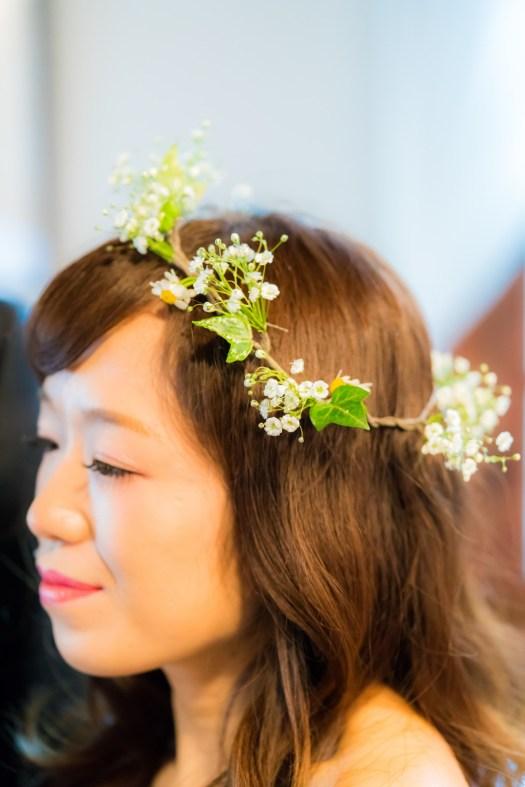 花嫁の頭に乗ったヘアフラワー