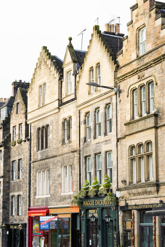 Where to Stay in Edinburgh, Victoria Street Edinburgh, Harry Potter tour for free in Edinburgh, Diagon Alley Inspiration