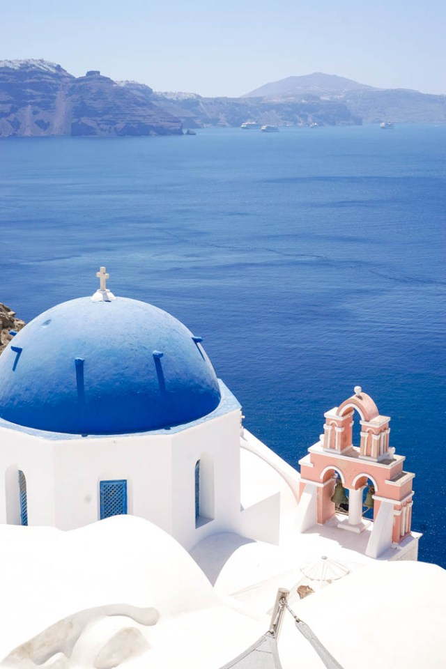 Travel blogger shares a recent trip to Oía in Santorini, Greece