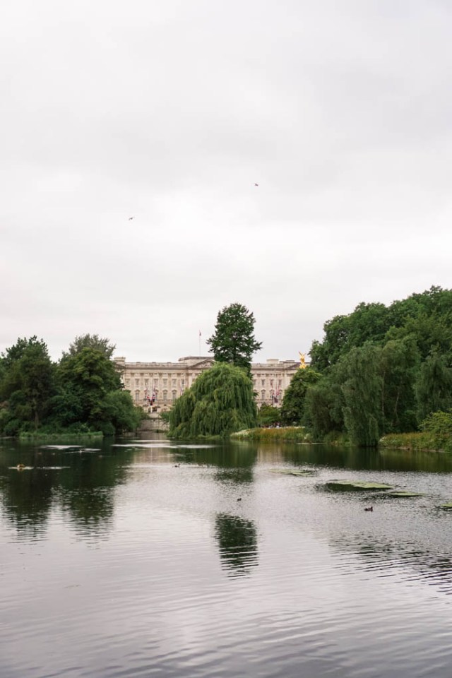 Lifestyle blogger shares a recent trip to St. James's Park in London in the Summer