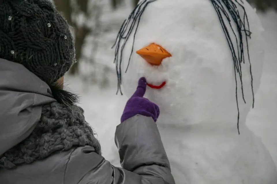 5 things to do with your friends to liven up a dull winters day Build a snowman